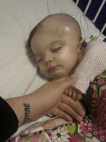 დედამ პატარა გოგონა მამასთან დატოვა , ერთი საათის შემდეგ კი ექიმები მისი სიცოცხლისთვის იბრძოდნენ