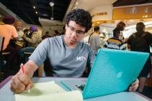 15 წლის გენია,რომელსაც სკოლაში არასოდეს უვლია,საუკეთესო ამერიკულ უნივერსიტეტში ჩაირიცხა