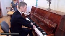 სენსაცია მუსიკალურ სამყაროში, 15 წლის ბიჭი რომელსაც დაბადებიდან არა აქვს თითები წარმოუდგენლად კარგად უკრავს ფორტეპიანოზე