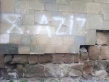 ვანდალიზმი ჯვრის მონასტერზე:კედელზე ლათინური და არაბული წარწერები გაჩნდა