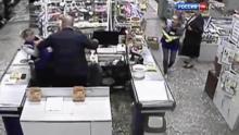 """მაღაზიაში  საათზე მეტი """"ვერ ამჩნევდნენ"""" როგორ კლავდა მამაკაცი მოლარეს(ვიდეო)"""
