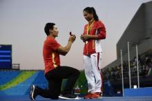 ჩინელმა სპორტსმენმა  თანაგუნდელ გოგონას  ცოლობა  გამარჯვების კვარცხლბეკზე  თხოვა
