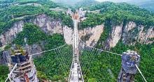 ჩინეთში ყველაზე გრძელი და მაღალი შუშის ხიდი გაიხსნა(ვიდეო)