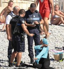 ფრანგმა პოლიციელებმა მუსულმან ქალს აიძულეს პლაჟზე ბურკინი (მუსულმანური საცურაო კოსტიუმი)  გაეხადა