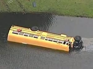 ავტობუსი 27 ბავშვით ალიგატორებიან ტბაში გადავარდა. 10 წლის ბიჭი- ნამდვილი გმირია.