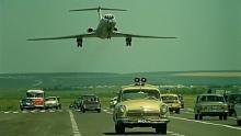 """მფრინავი,რომელმაც გარისკა და თვითმფრინავი გზატკეცილზე დასვა ფილმისთვის """"იტალიელთა საოცარი თავგადასავალი რუსეთში"""""""