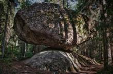 უზარმაზარი კლდის ნატეხი, რომელიც ოვალური ფორმის ქვაზე დევს