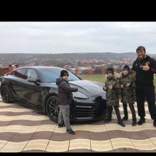 """რამზან კადიროვის შვილებმა საკუთარ მწვრთვნელს დაბადების დღეზე """"Porsche Panamera"""" აჩუქეს"""