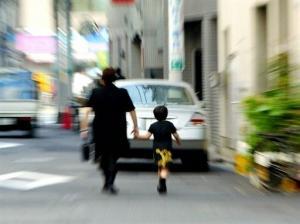 ფრთხილად, დედებო! არ დატოვოთ ბავშვები უყურადღებოდ!