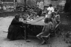 სულისშემძვრელი კადრები 1920-იანი წლების უსახლკარო ბავშვთა ცხოვრების შესახებ