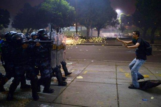 ბრაზილია-პოლიცია დემონსტრატს რეზინის ტყვიენს ესვრის, როცა კორუფციის წინააღმდეგ გამართული საპროტესტო