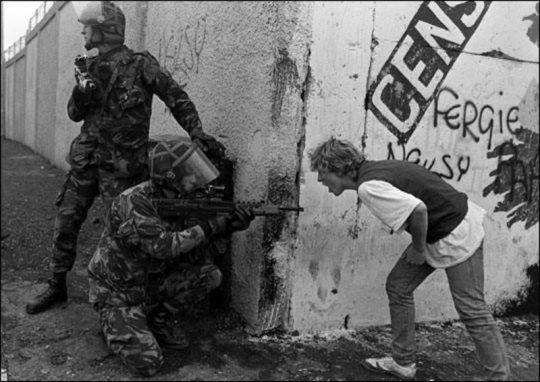 ირლანდიელი ახალგაზრდა უყვირის ინგლისელ ჯარისკაცს ჩრდილოეთ ირლანდიის აჯანყების დროს