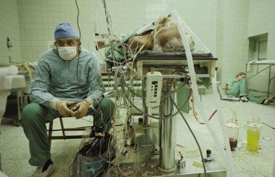 კარდიოქირურგი ზბიგნევ რელიგა აკვირდება პაციენტის 23-საათიან გულის გადანერგვის ოპერაციის შემდეგ, მის