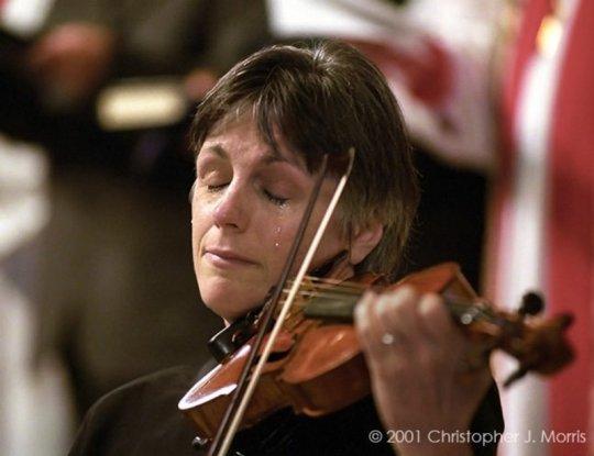 მევიოლინე ტირის 11 სექტემბრის ტერაქტის დროს დაღუპულთა მოსახსენიებელ პანაშვიდზე ეკლესიაში