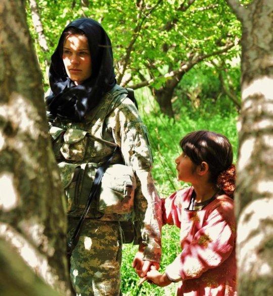 პატარა ავღანელი გოგონა და ამერიკის არმიის მებრძოლი ქალი