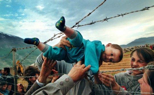 პატარა ბიჭი გადაჰყავთ მავთულხლართების იქით თავის ბებიასთან და ბაბუასთან, რომლებიც ლტოლვილთა ბანაკში