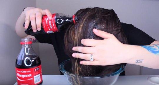 გოგონამ კოკა-კოლით დაიბანა თავი, რაც შემდეგ დაემართა გაოცდებით (ვიდეო)