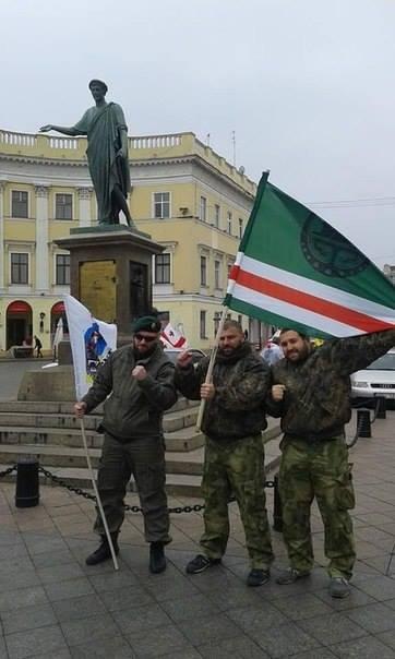აი, ის მომენტი, როდესაც ნოხჩი-მებრძოლს უჭირავს ქართული ლეგიონის დროშა, ხოლო ქართველ მებრძოლებს იჩქერ