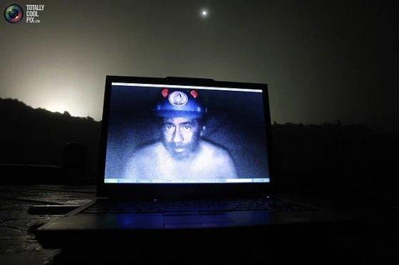 ჩილეს მაღაროელების კატასტროფიდან ფოტო, სადაც მაღაროელი ინტერნტით ეკონტაქტება დამხმარე ძალებს