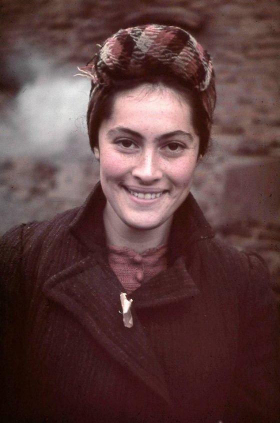 ებრაელი გოგონა ადოლფ ჰიტლერის პირად ფოტოგრაფს ჰუგო იეგერს უღიმის