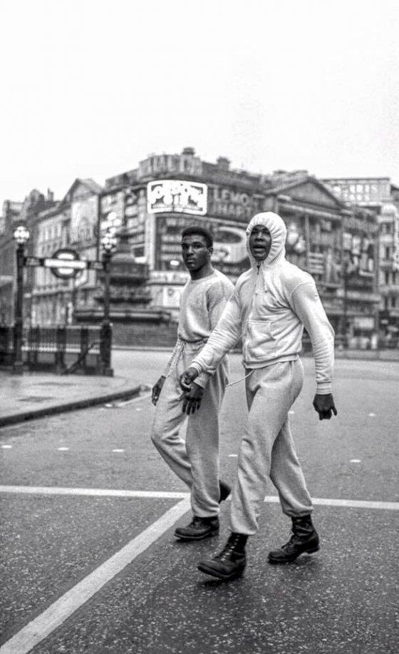 მუჰამედ ალი ვარჯიშობს ლონდონის ქუჩებში, 1966 წელი.