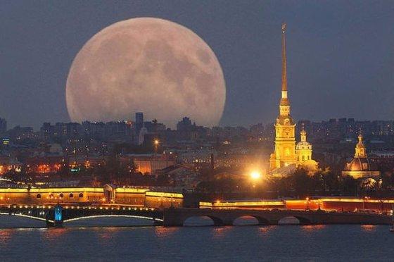 მთვარე სანკტ-პეტერბურგის ცაზე