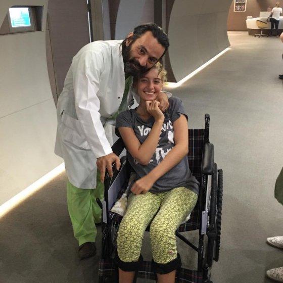 ევა მის მკურნალ ექიმთან ერთად...მან შეძლო და ევა ფეხზე დააყენა
