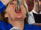 ანგელა მერკელი ჭამს თევზს-ფოტო, რომელმაც ინტერნეტი დაიპყრო