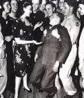 მსახიობი ლინდა დარნელი ჯარისკაცს საცეკვაოდ იწვევს-ჯარისკაცი სიხარულისგან მუხლებში მოიკეცა