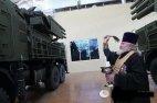 """ნახეთ რუსი მამაო ორდენ-მედლებით """"დამშვენებული"""" აკურთხებს სამხედრო ტექნიკას"""