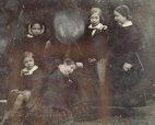 იშვიათი ისტორიული ფოტო: დედოფალი ვიქტორია ბავშვებთან. დედოფალმა თავად წაშალა  ფოტოზე თავისი თავი