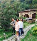 ზე ლამაზი გვანცა დარასელია მეგობრებთან ერთად აჭარული ღვინის სახლში
