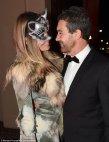 55 წლის ანტონიო ბანდერასი 34 წლის  girlfriend Nicole Kimpel ერთად