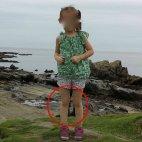 მამაკაცმა იაპონიიდან სურათი გადაუღო თავის ქალიშვილს. წითელ წრეში აშკარად ჩანს ვიღაცის ფეხსაცმელი.