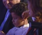 რონალდოს შვილმა დაჯილდოებაზე ხალხს შუა თითი აჩვენა