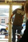 """წარწერა მაისურზე: """"გთხოვთ, გამოიყენოთ სხვა კარი"""" და სადაა სხვა კარი?"""