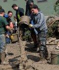 მოქალაქეები ასუფთავებენ წყალდიდობის შედეგად დაბინძურებულ გარემოს. - ზიმბახი, გერმანია.