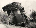 ბრიტანელი ჯარისკაცი წვიმის დროს თავს აფარებს გადაბრუნებული ტანკის, სახელად ვეფხვის, ქვეშ.