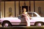 """Playboy -ის ვარსკვლავი სინტია ვუდი თავის """"მერსედესთან"""" პოზირებს-1974 წელი აშშ"""