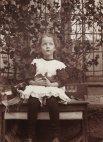 5 წლის ლიზა შტეინგელი ფოტოს იღებს თავის გველთან.
