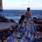 ქალი ზღვის პირას დგას  და ელოდება სხვას