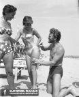 კირკ დუგლასი აძლევს ლამაზმანებს ავტოგრაფს, 1953 წელი.