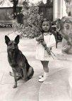 გეველსის ქალიშვილი ჰელგა ჰიტლერის ძაღლთან ერთად