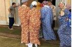 გროზნოში ტურისტი მამაკაცები იძულებულები გახდნენ მეჩეთში შესვლისას ქალის ხალათები ჩაეცვათ