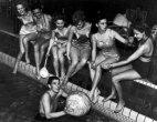 ამერიკის მომავალი პრეზიდენტი რონალდ რეიგანი გოგონებთან ერთად-1940 წელი