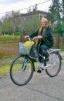 ბებო ველოთი სეირნობს