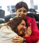ქალი უსმენს, თუ როგორ ძგერს მისი გარდაცვლილი შვილის გული სხვა გოგონას სხეულში გადანერგვის შემდეგ.