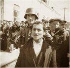 გერმანელი ჯარისკაცი მასხრად იგდებს ებრაელს