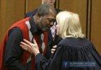 ასე ეხუტება მოსამართლე ბრალდებულს,რომელსაც 27 წლიანი პატიმრობის შემდეგ გამამართლებელი განაჩენი გამოუ