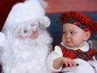 ისე იყურება ეს ბავშვი ალბათ იცის,რომ ეს ნამდვილი სანტა არაა
